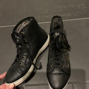 Sorte sko med pallietter str 38. Pæn stand.  Køber betaler Porto.