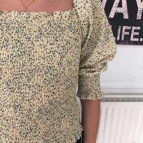 Neo noir bluse med det fineste print i gul med lilla/grønt blomster print. Nypris 399kr.