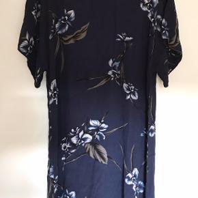 Smuk kjole fra Ganni. Perfekt stand og ubrugt. Kommer fra et røgfrit hjem. Prisen er til forhandling ved hurtig handel. Sender gerne.