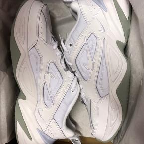 Nike Tekno  Ny pris i butikkerne er 800 så hvorfor ik spare 250kr på den samme sko i samme stand som i butikkerne? Unisex, til kvinder og mænd/