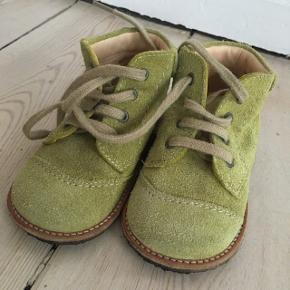 Fineste limegrønne snøresko i ruskind fra Søstjernen. Str 21 Kun brugt udenfor 3 gange. Sender gerne mod betaling af porto👍🏻