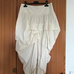 Draperet nederdel i råhvid bomuldsstof fra IG. Nederdelen har en utrolig god pasform og er klædelig. Den er brugt meget få gange, og er derfor i rigtig fin stand.