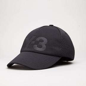 Y-3 sort trucker cap 🖤 Købt i Henrik Vibskov butikken for 550kr  Den er brugt men stadig i perfekt stand og derfor fejler den intet og har ingen pletter 👌🏼  Den kan adjusteres bag på og den er unisex som er fantastisk!! 😁  Prisen er inkl. fragt 💸  Sender med DAO 📦