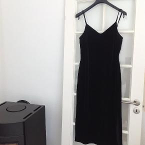 93a9e1550213 Varetype  Andet Farve  Sort Oprindelig købspris  1099 kr. Smuk velour kjole.
