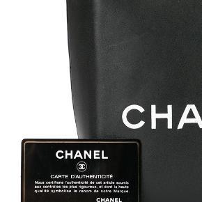 Sælger dennne Chanel Essential tote i sort kalveskind med hvid CHANEL skrift. Den kan bæres på skulderen eller håndholdt. Den rummer telefon, pung, nøgler, make up taske etc. Perfekt taske til sommer!  Mål: 16 x 21 x 8 cm  Stand: Rigtig god stand med enkelte brugstegn. Kun brugt to gange.  Tilbehør: dust bag, authenticity card