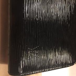 Smuk LV Zippy Wallet sælges🌸  Har minimale brugsspor, som alene ses på kanterne. Helt som ny indeni. ☀️  Nypris 4800 kr.  Har desværre ingen kvittering, da det var en gave🎁  Flere billeder kan sendes👛