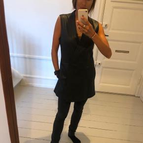Ægte læder kjole/vest. Fin med bluse indenunder, til bare ben som festkjole eller over bukser