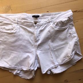 Denim jeans shorts, korte med fastsyet slå-op på ben. OBS! Størrelse 46. Bomuld og elastan. De har været brugt og vasket, men fejler ikke noget.   49,- + fragt. Sender med Dao kr. 37,- Bytter ikke.  Kan afhentes i Odense.  Giver mængderabat 🌻 SÅ KIG FORBI MINE ANDRE ANNONCER 🧡
