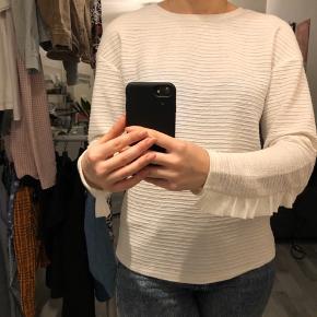 Sød hvid bluse med flæse detalje på ærmerne, brugt 1 enkel gang