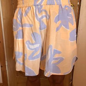 Helt nye shorts fra Stine Goya, style Aruba. Str. L. Stadig med tags.  Elastik i livet der kan give sig.  Mål i liv: 39 x 2 cm.  Fragt: Kr. 40,00 sendt med DAO.