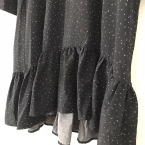 Fin og løs kjole med prikker og  flæser i bunden - falder så fint