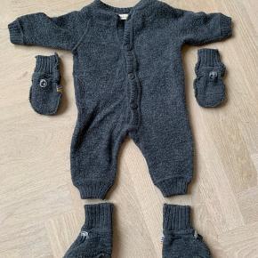 Str 56-62 Nypris 600 kr 100% uld.  Det er prisen for dragten kun    Se også mine andre annoncer. Kongens sløjd • Sebra • FUB  • baby ZARA  • baby H&M • Petit Batau  • Hush & Claire  • JOHA mfl.  Har en baby fra jan 19' og sælger en masse baby udstyr. Mængderabat gives.   Sælger også mit eget tøj  COS  • ARKET  • Töteme  • Filippa K  • mfl