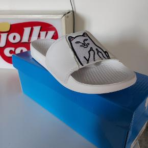 Bare prut om pris  Læs mere:  https://www.ripndipclothing.com/collections/slides/products/lord-nermal-slides-uv-activated-blue-fuschia