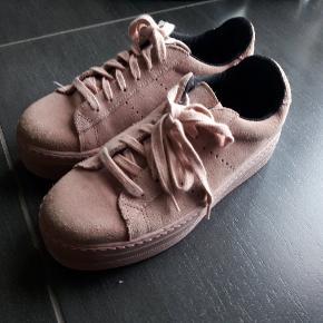 Lækre sneakers i ruskind. Næsten som nye, da de kun er brugt 2 gange tik fest. Nypris 600 kr.