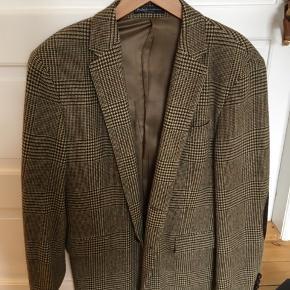 Lækker tweedjakke i uld sælges. Den er brugt nogle gange, men fremstår flot og uden skader. Kvittering haves og den er størrelse 52, som svarer til Large.