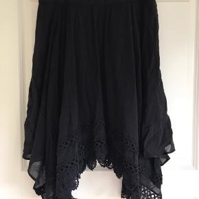 Flot asymmetrisk nederdel i str 36 - meget lidt brugt.