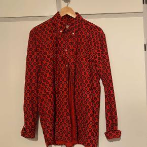 Maison Kitsune skjorte i velouragtigt bomuld. Virkelig lækker og næsten ikke brugt.