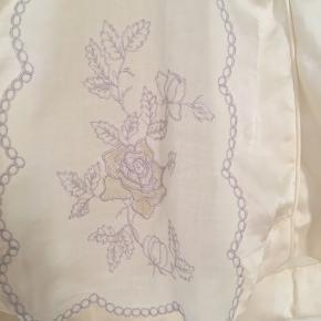 Fantastisk smuk top i cremelækker silke samt bomuld. Den er både feminin og rå på en gang. Farven er creme Kun brugt enkelte gange.