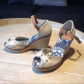 Helt nye og aldrig brugt dog er prismærket klippet af. Originale Tommy Hilfiger sko i sandfarvet. Kan sende billeder af bunden, hvis ønskes.