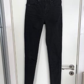 Sælger disse sorte jeans fra levi's da jeg ikke kan passe dem🌸. De er skinny og High waist de er størrelsen 24*32 ~ xs*32-34 den længste model.😊  Skriv endelig for flere billeder eller bud😊