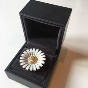 Daisy Ring 33 mm, størrelse 56. Der er en meget lille flig på to blade (se billede 3)