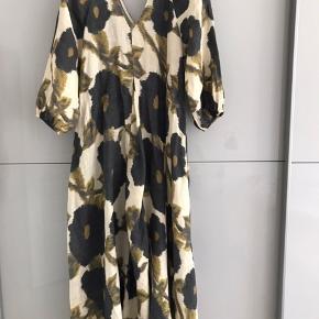 Skøn kjole i 100% hør, helt ny stadig med tags på. Købspris 1600,-  Købt i Pour Quoi på Østerbro. Køber bet Porto ca 35kr med dao  Bytter ikke
