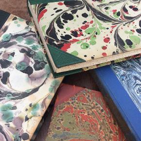 Smukke gamle unikke bøger, med masser af historie og sjæl, flotte farverige omslag, kan læses, eller bruges som deko-page, der er mange muligheder, se foto for stand, spørg gerne. 100 kr pp 43,95 for alle. Se mine andre annoncer.
