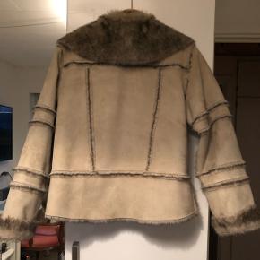 Blød og lækker jakke, jeg desværre ikke kan passe. Har kun været brugt meget få gange