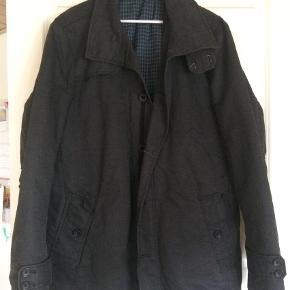 Varetype: Jakke Farve: Sort  Super flot jakke til efteråret. Jakken er grå/sort. Aldrig brugt. Købt for lile.   Handler mobilpay ved ts betaler køber gebyr