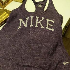 Lækker tank top fra Nike i en str medium. Passer også en small. Lækkert blødt materiale