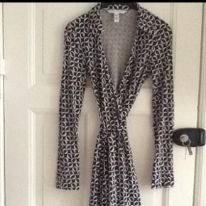 Wrap fra Diane von Fürstenberg. Model Jeanne. Str. 6. 100% silke. Standen er god men brugt. Den sorte farve står ikke helt så klart, som da den var ny.