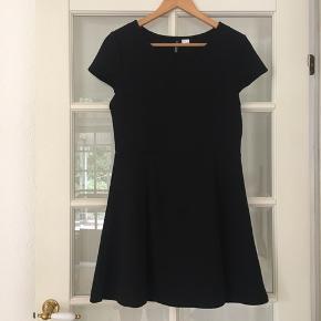 H&m kjole med masser af stræk.  Aldrig brugt.   Kan afhentes i Odense sv eller sendes mod betaling af Porto :)