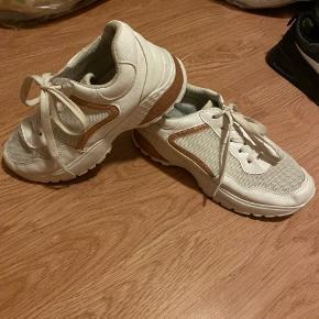 fine sko brugt en periode men ellers bare stået lidt slid på skoen men eller intet rigtigt gode at gå i ellers  byd   køber betaler fragt