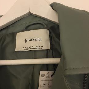 Super fin faux læderjakke i str. L - den kan også passes af str. M og S - Aldrig brugt, med tags Bud modtages gerne 💚