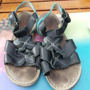 Pæne sandaler i sort og turkis. Ikke brugt meget.