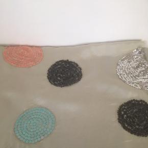 Mærke: Saint Tropez Style: F9191 Farve: lys grøn Materiale: 100% Viscose Tørklædet: måler 97x105. Let skinnende med perler som blomster i sølv, sort, rosa og grøn Stand: aldrig brugt  Sælges: kr 50 Bytter ikke Sætter pris på tilfredse købere  Har samme tørklæde i lys rosa