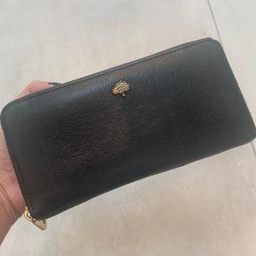 Lækker sort Mulberry pung. Stor nok til at en I-Phone kan være i.