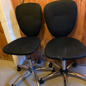 Gode kontorstole, de sorte er fra IKEA og kan ikke huske hvor den hvide er fra. De sorte er brugte, hvorimod den hvide er minimalt brugt. Renses selvfølgelig før køb ☺️ Køb dem alle for 250, eller byd gerne pr.stk