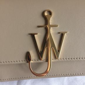 Rigtig fin logo bag fra JW Anderson i farven Ash - rigtig fin til alt næsten.   Guld hardware.  Se også gerne mine andre annoncer, giver mængde rabat :-)