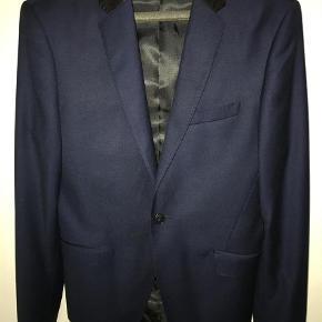 Brand: Vito Varetype: Blazer Farve: Blå Oprindelig købspris: 1000 kr.  Blå blazer med sort silkestykke ved kraven. Kun brugt 1 gang.