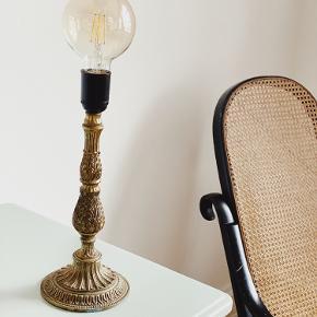 Smukkeste messing  bordlampe 〰️  Med ny sort ledning, afbryder og stik.🌿   Sælges uden pære eller tilkøbes til 80,-   Sender gerne 📦