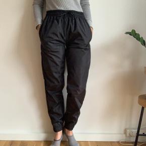 ✨ Bukser fra boohoo ✨   Aldrig brugt, dog er mærket taget af   Jeg er normalt str. 34, men bukserne kan bindes i taljen. Så de fitter 34-38.   Kan mødes i København ved handel eller sende via. DAO