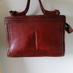 Smuk Bel Sac lædertaske med flere rum, foret med velour. Byd gerne ☺️ Mål i cm L:39 H:27  B: 15 når foldet ud