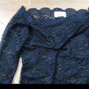 Mørkeblå offshoulder i de fineste blonder fra Neo Noir sælges. Blusen er brugt få gange og er så god som ny