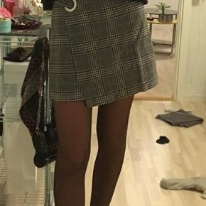 Sælger min ternede nederdel fra Mango. Nederdelen er brugt nogle gange men fremstår stadigvæk i enormt god stand.  Byd gerne:)
