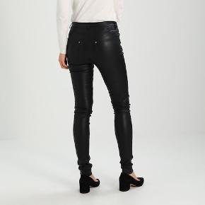 Lækre bukser i sort lammeskind fra Gestuz.  Tight Fit med stretch. Nypris kr. 3.999,- 6700/Rørkjær - bytter ikke
