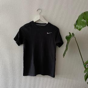 Nike T-shirt loose fit ✨   NB: Prisen er fast & eksl. fragten.  Tager derfor ikke i mod bud.
