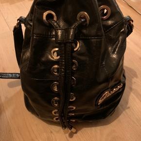 Bucket bag - sort med guld. 35 cm i længden.