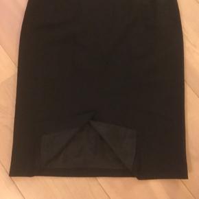 Næsten helt ny klassisk sort nederdel med slidt bagpå fra Esprit Collection. Polyester/viskose. Har været en del af et jakkesæt, men jakken er desværre solgt.  Kan sendes på købers regning, betales med mibilepay
