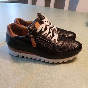 Fede komfortable sneakers i blødt kalveskind fra Paul Green.  Nypris 1500kr.  I rigtig fin stand i skindet.
